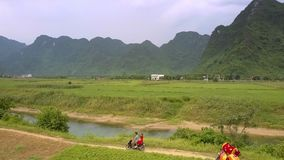 男人和妇女在狭窄的地面路的乘驾滑行车沿河 影视素材