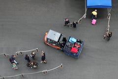 男人和妇女在登陆通过汽车在划线员之前 免版税库存照片