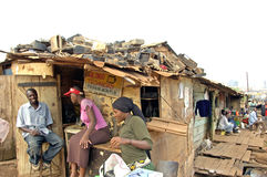 男人和妇女在那里卖T的部分电商店前面 免版税图库摄影