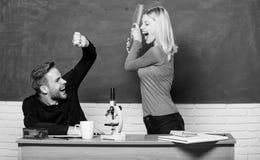 ?? 男人和妇女夫妇在教室 r r o r ?? 免版税库存照片