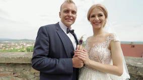 男人和妇女婚姻的衣裳的在城堡站立在城市视图旁边 影视素材