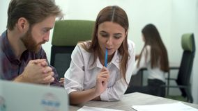 男人和妇女工作在坐在桌上的舒适的现代办公室 运作的过程 创造性的企业队会议在 股票录像