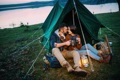 男人和妇女帐篷的拿着一个手电 库存照片