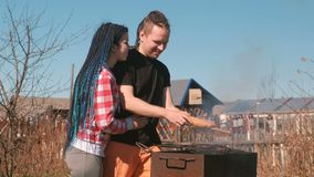男人和妇女年轻夫妇烤炸肉排和面包汉堡在格栅 家庭休息日 影视素材