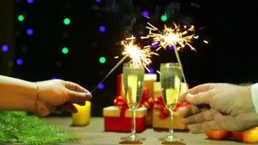 男人和妇女庆祝圣诞节新年照明设备闪烁发光物 股票录像