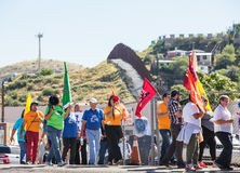 男人和妇女抗议政策在美国墨西哥边界 库存照片