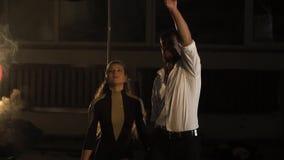男人和妇女拿着手和扶手栏杆空中杂技的,慢动作 股票视频