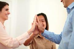 男人和妇女挤作一团他们的手 免版税图库摄影
