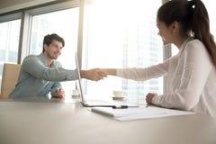 男人和妇女握手在办公室,业务会议,工作inte 免版税库存照片