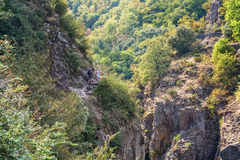 男人和妇女攀登沿河Ardeche的一座山 图库摄影