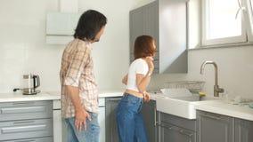男人和妇女是愉快的买一栋新的公寓 新婚佳偶在厨房对新的不动产满意 股票视频