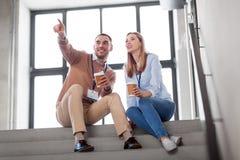 男人和妇女有会议徽章的喝咖啡 免版税库存图片