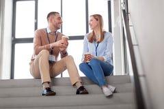 男人和妇女有会议徽章的喝咖啡 免版税库存照片