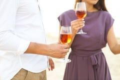 男人和妇女有户外葡萄酒杯的 免版税库存照片