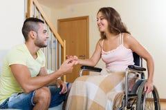 男人和妇女有的轮椅的交谈 免版税库存图片