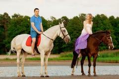 男人和妇女有的马在海 浪漫爱 免版税库存照片