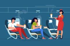 男人和妇女有空中小姐的放松与饮料在thje飞机 皇族释放例证