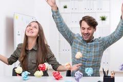 男人和妇女有纸球的 免版税图库摄影