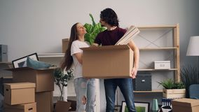 男人和妇女有进入新房的纸盒箱子的看和亲吻 股票录像