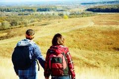 男人和妇女步行 免版税库存照片