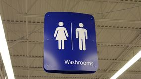 男人和妇女洗手间商标的行动 影视素材