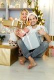 男人和妇女照片圣诞老人帽子的有礼物的在箱子 库存照片