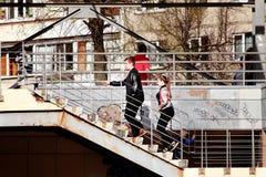 男人和妇女爬上台阶 免版税库存图片