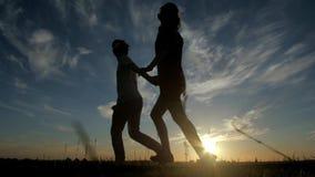 男人和妇女爱在日落,爱概念的剪影 影视素材