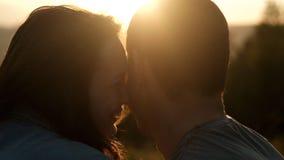 男人和妇女爱的在日落 股票录像