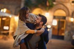 男人和妇女爱的,享用在一起平衡步行 库存照片