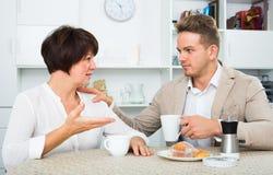 男人和妇女用咖啡 图库摄影