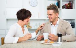 男人和妇女用咖啡 免版税库存图片