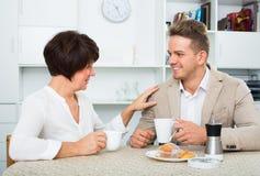 男人和妇女用咖啡 库存图片