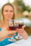 男人和妇女用红葡萄酒 免版税库存照片