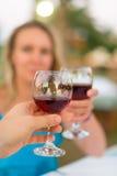 男人和妇女用红葡萄酒 免版税库存图片