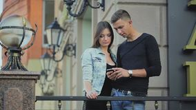 男人和妇女电话叶子照片的 股票录像