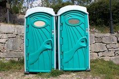 男人和妇女的便携式的洗手间 库存图片