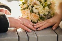 男人和妇女的图片有婚戒的 免版税库存照片