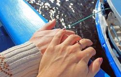 男人和妇女的手在旅行期间乘船 免版税库存图片