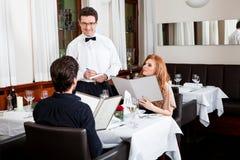 男人和妇女的晚餐在餐馆 图库摄影