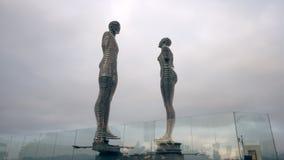 男人和妇女的移动的金属雕塑 免版税图库摄影