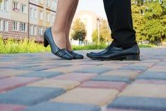 男人和妇女的脚,当亲吻在一次浪漫会议时 免版税库存图片