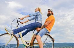 男人和妇女租用自行车一段时间里发现城市作为旅游自行车租务或自行车聘用 加上 免版税库存图片