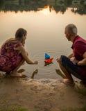 男人和妇女纸小船 免版税库存图片