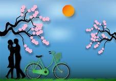 男人和妇女纸艺术样式爱上自行车和樱花在蓝色背景 也corel凹道例证向量 免版税库存图片