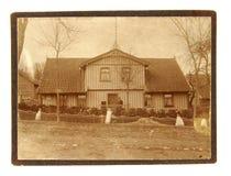 男人和妇女葡萄酒照片在他们的家前面 图库摄影