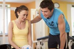 男人和妇女谈话在健身俱乐部 库存照片