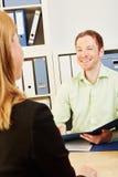 男人和妇女谈话在工作面试中 库存图片