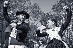 男人和妇女跳舞在巴伦西亚,西班牙 库存图片