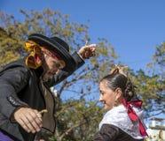 男人和妇女跳舞在巴伦西亚,西班牙 免版税库存图片